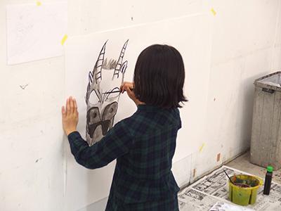 可愛い龍を描いています