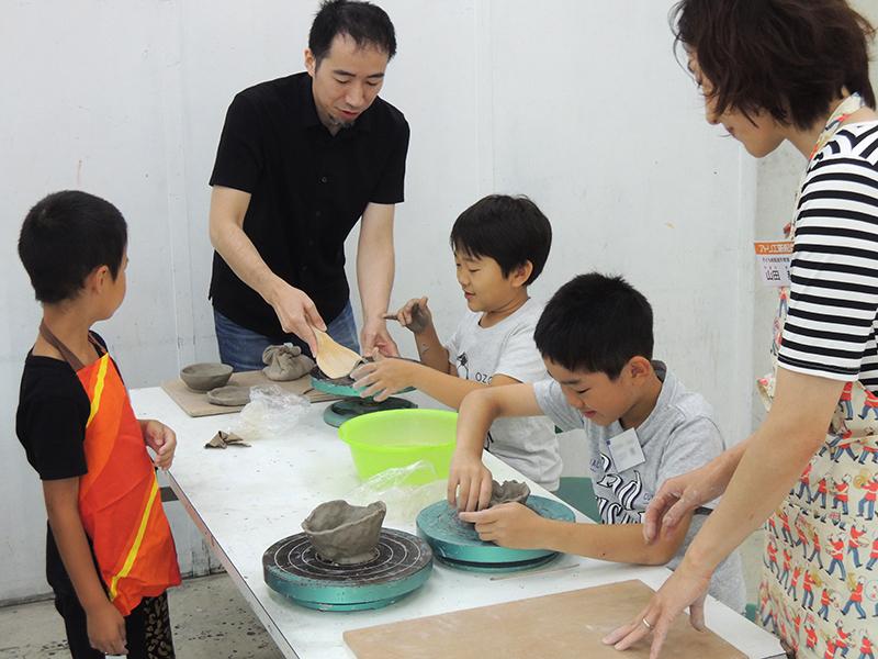 カルチャー教室の陶芸講師による指導